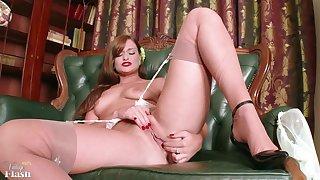 Posh babe strip - Striptease solo