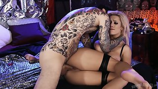 Dude plays with juicy big boobies and fucks the messy pussy belonged to Luna Skye