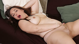 Chubby milf Katrina from the USA fucks a dildo