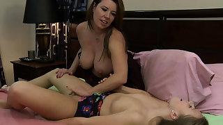 Teen babe licking friends stepmoms pussy