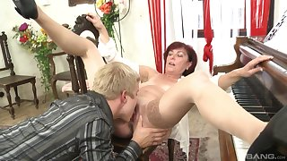 Mature gets laid with much younger guy and swallows his juice
